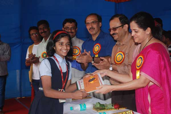 5th to 7th. Sanika Vengurlekar, 1st winner, I-E-S Digambar Patkar Vidyalaya, felicitated with award for her outstanding artwork by MMRC MD Smt. Ashwini Bhide, IAS