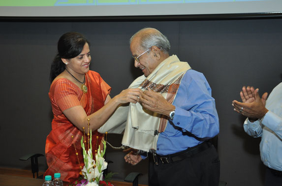 Mrs. Ashwini Bhide presenting token of appreciation to Dr. E. Sreedharan