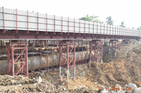 Multiple Water Pipelines of Dia (2.7m,-2.4m,-1.45m,-0.6m) Supported by Suspended Erection at Sahar Road Station