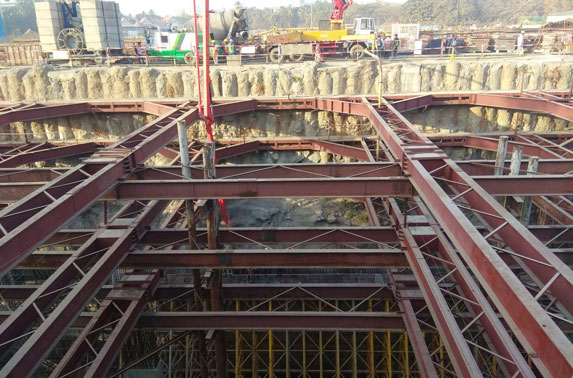 Station Chatrapati Shivaji - Base to concourse wall Concreting