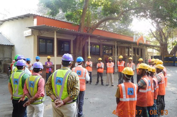 Taining to workmen on good construction practices